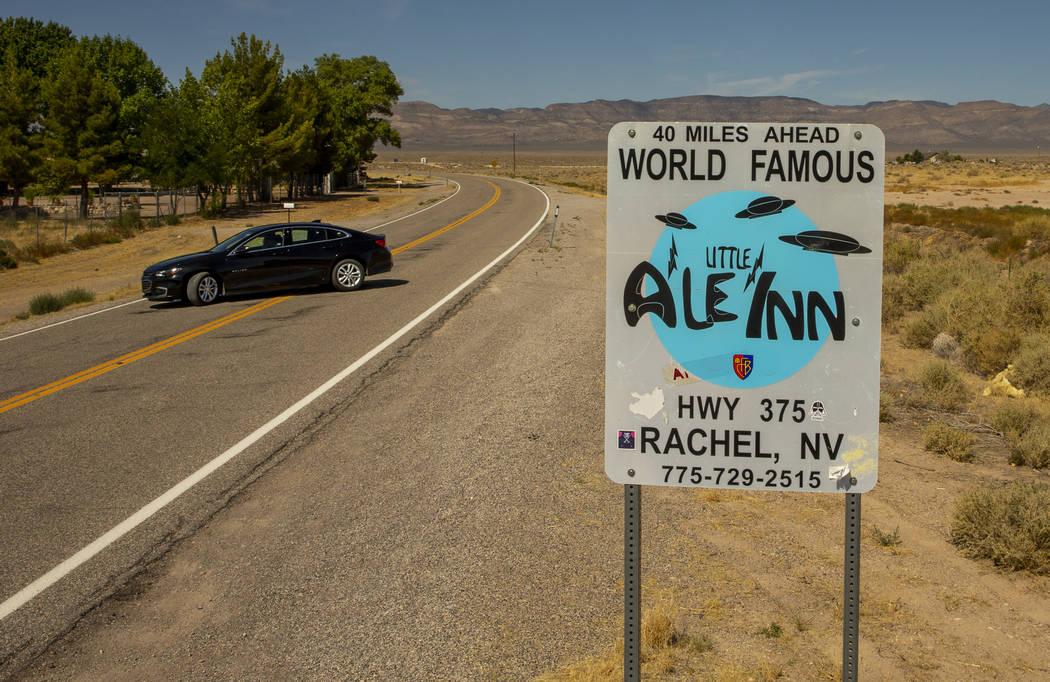 Un letrero que promociona el Little A'Le'Inn 40 millas más adelante en la Carretera Extraterre ...