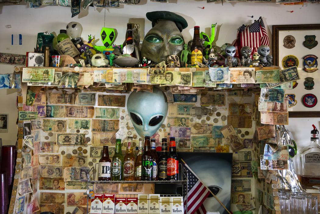 Recuerdos extraterrestres detrás del bar y el restaurante del Little A'Le'Inn, que será un lu ...