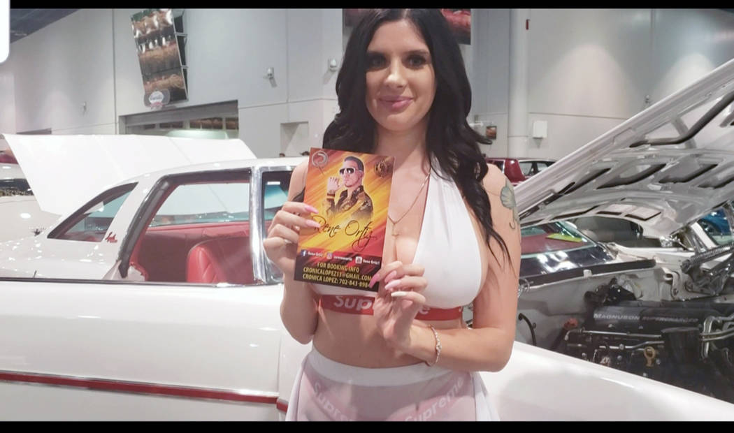 The Lexie LaFlare –modelo-, sostiene un flyer de René Ortíz. Domingo 1 de septiembre de 201 ...