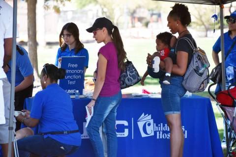 En la feria se incluyeron exámenes gratuitos de detección del asma, pruebas de función pulmo ...