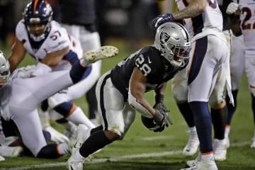 El corredor de los Oakland Raiders, Josh Jacobs, reacciona después de anotar un touchdown dura ...