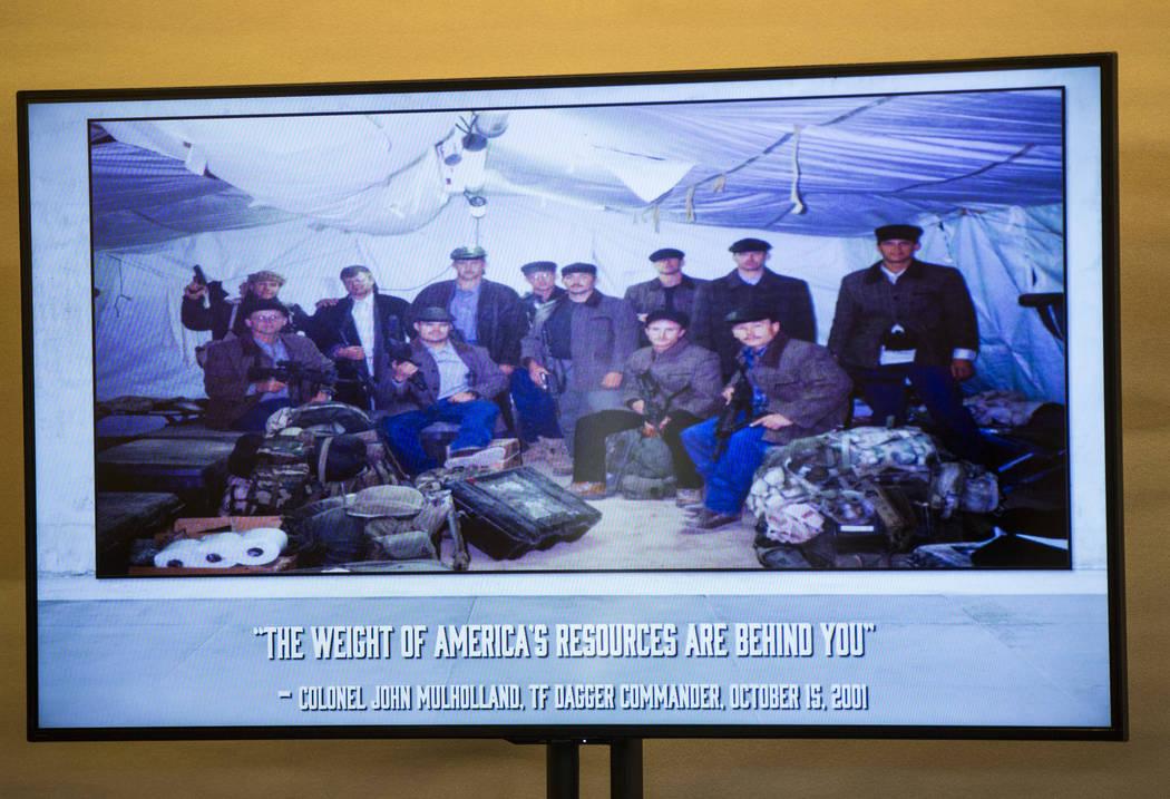 """Una foto grupal de los """"Horse Soldiers"""" vestidos con ropa local como se muestra en la foto mien ..."""