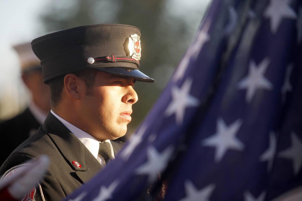 El guardia de honor del Departamento de Bomberos de Las Vegas, Mario Lueda, espera para izar la ...