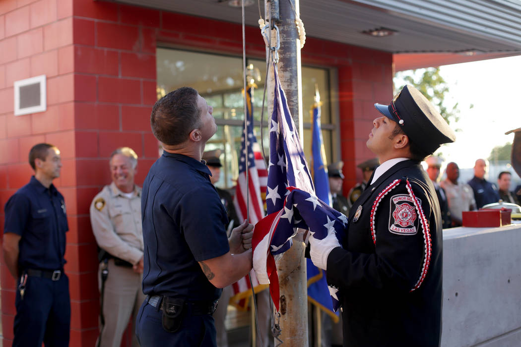 El bombero Josh Abston, a la izquierda y el guardia de honor del Departamento de Bomberos de La ...
