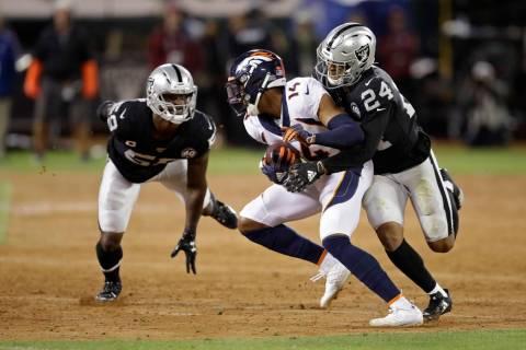 El receptor abierto de los Denver Broncos, Courtland Sutton, es derribado por el defensa John O ...