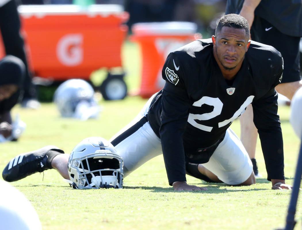 El safety de los Oakland Raiders, Johnathan Abram (24) se calienta durante la práctica conjunt ...