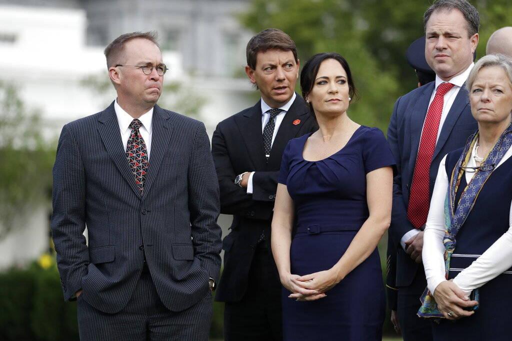 El jefe de gabinete interino de la Casa Blanca, Mick Mulvaney, a la izquierda, el subsecretario ...
