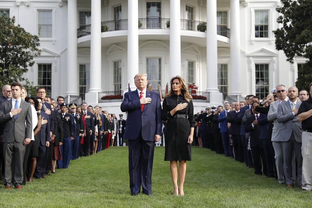 El presidente Donald Trump y la primera dama Melania Trump participan en un momento de silencio ...