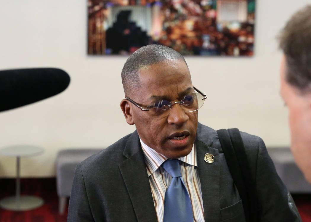El comisionado del Condado de Clark, Lawrence Weekly, habla durante una entrevista con el Las V ...