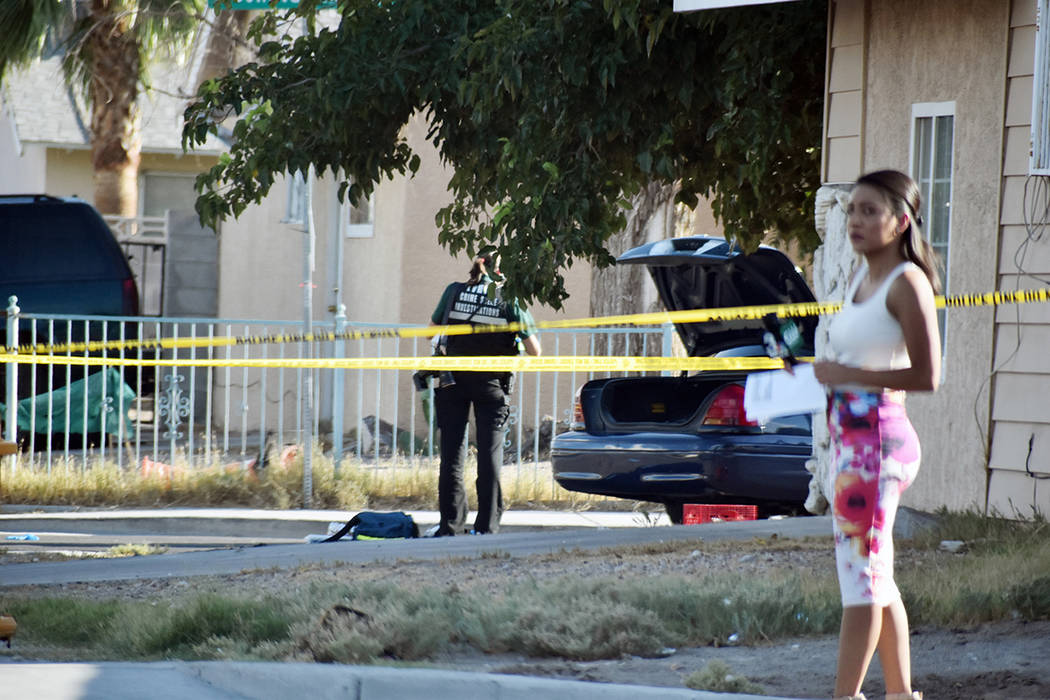 Medios de comunicación informaron a la gente, mientras los detectives recogían evidencia en e ...