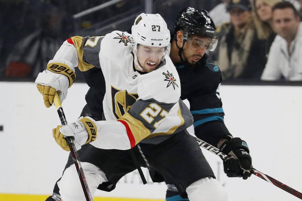 El defensa de las Vegas Golden Knights, Shea Theodore (27), patina alrededor del alero izquierd ...