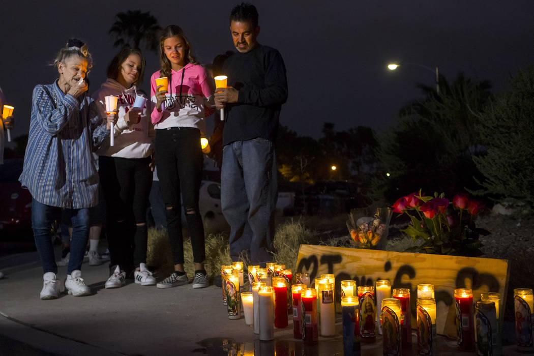 Familiares y amigos de Jennifer Ratay, incluidos, desde la izquierda, Mary Ann Ratay, madre de ...