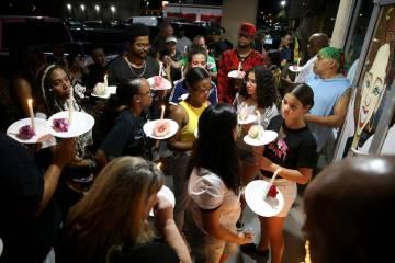 Dolientes se reúnen durante un velorio el 30 de agosto de 2019 en TC's Rib Crib de Las Vegas p ...