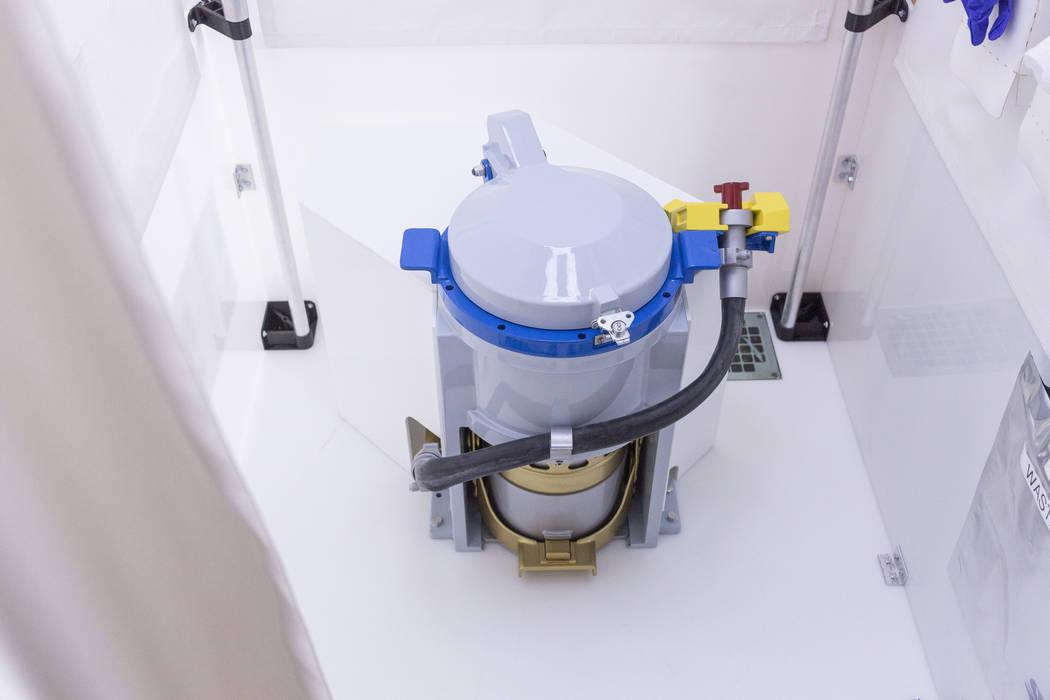 Uno de los dos baños en la Unidad de Pruebas del Transportador para Marte B330 en Bigelow Aero ...