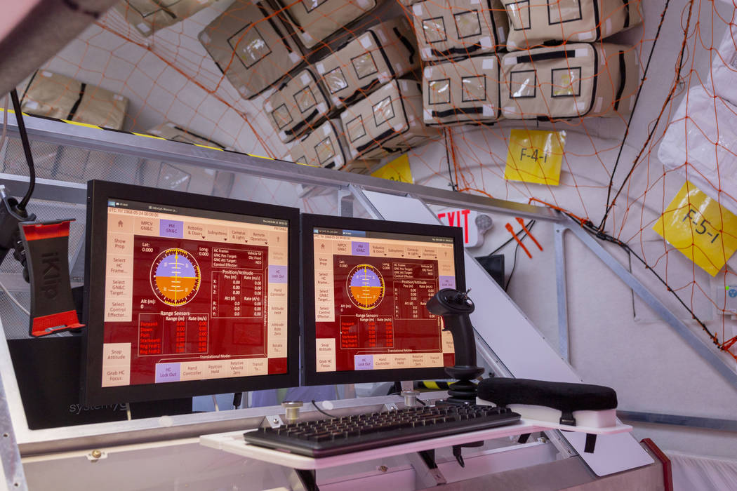 Un panel de control en B330 Mars Transporter Testing Unit en Bigelow Aerospace en North Las Veg ...