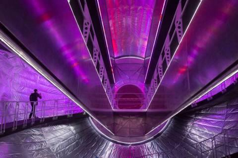 El Olympus, el prototipo masivo de la estación espacial de Bigelow, se ve durante una gira en ...
