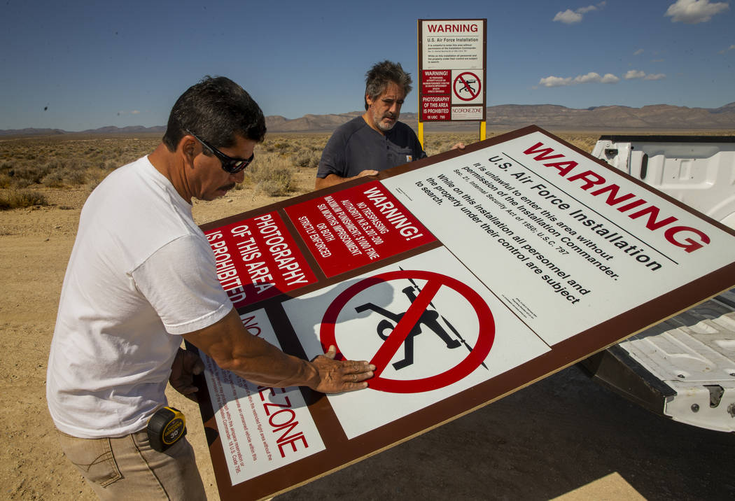 Dean Cruea, derecha, y Fred Hernández con The Sign Shop of Las Vegas, montan un cartel falso d ...