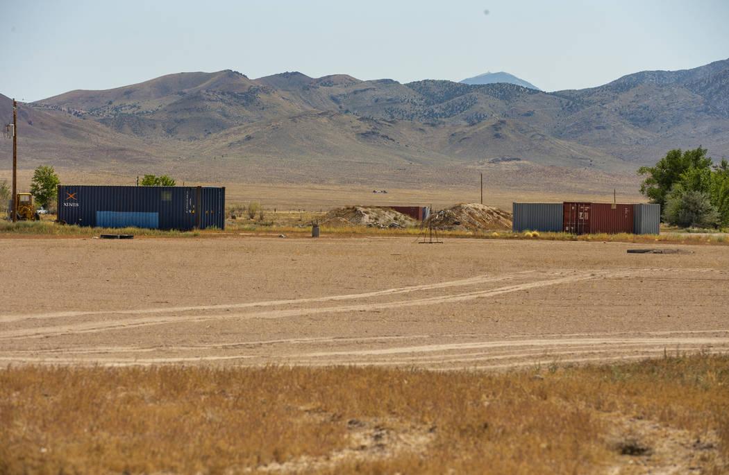 Se dice que los suministros de Alienstock deben almacenarse en dos contenedores azules en la pr ...
