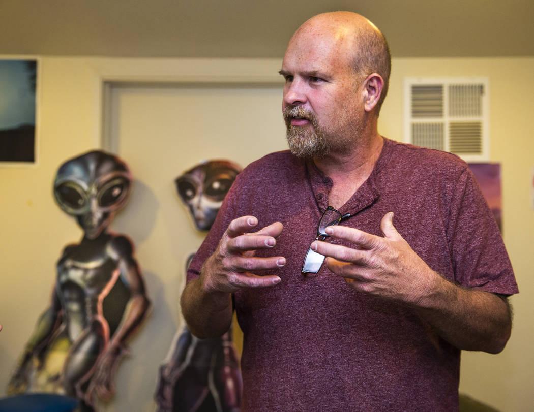 Keith Wright con especialistas en producción está ayudando a coordinar los eventos en el Cent ...