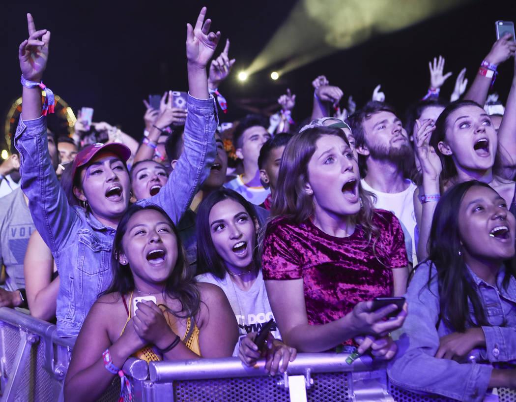 ARCHIVO.- Las fanáticas reaccionan cuando Chance the Rapper se presentó el primer día del fe ...