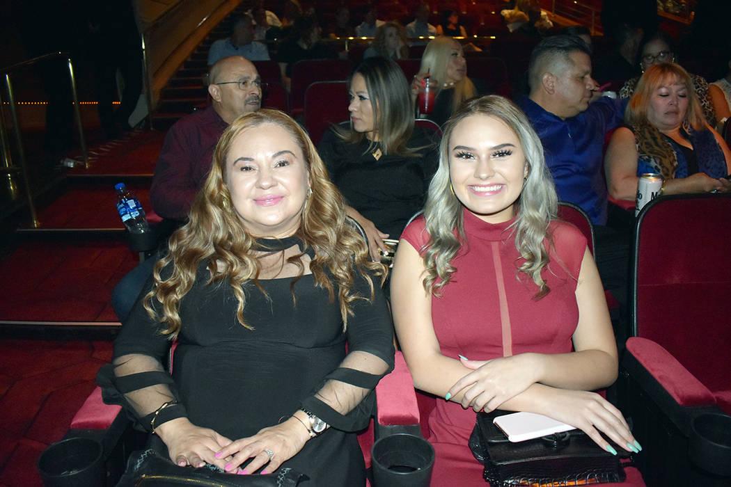 Josephine Rauda –derecha- estuvo acompañada de su mamá, Ana Isabel Ortega, en el concierto ...