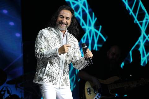 Maro A. Solís fiel a su estilo, salió elegantemente vestido de blanco al escenario. Viernes 1 ...