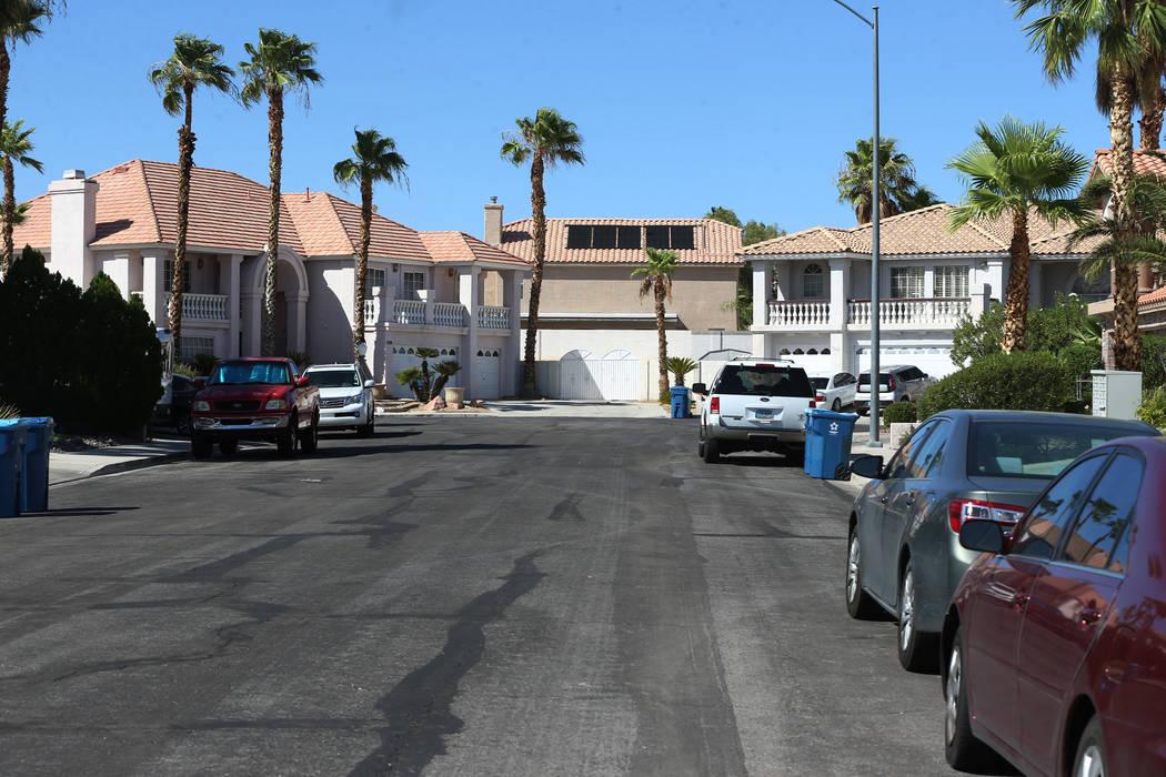La vista desde Bahama Bay Court en Las Vegas, donde una casa se convirtió en un centro de reha ...