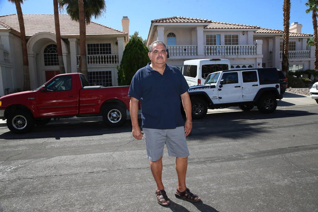 Víctor Padron posa frente a su casa, a la izquierda, en Bahama Bay Court en Las Vegas el jueve ...