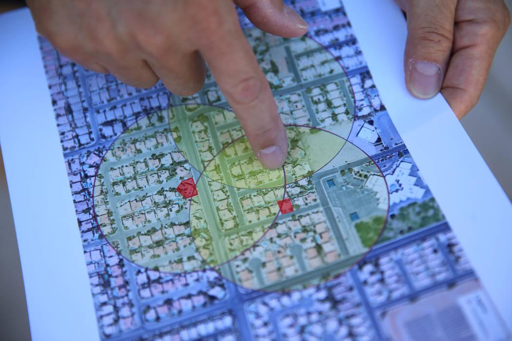 Wayne Niimi muestra en un mapa las tres casas residenciales en su comunidad que ahora se consid ...