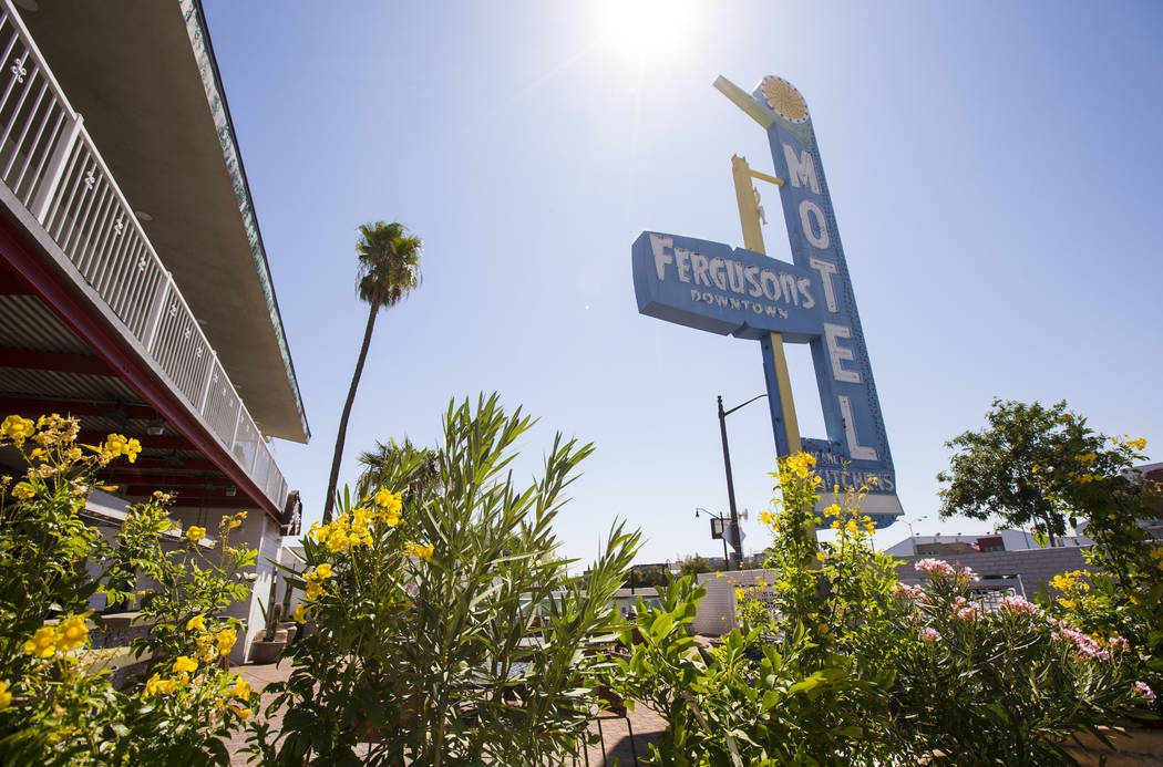 Una vista del letrero sobre Fergusons Downtown en Fremont y las calles 11th en Las Vegas el jue ...