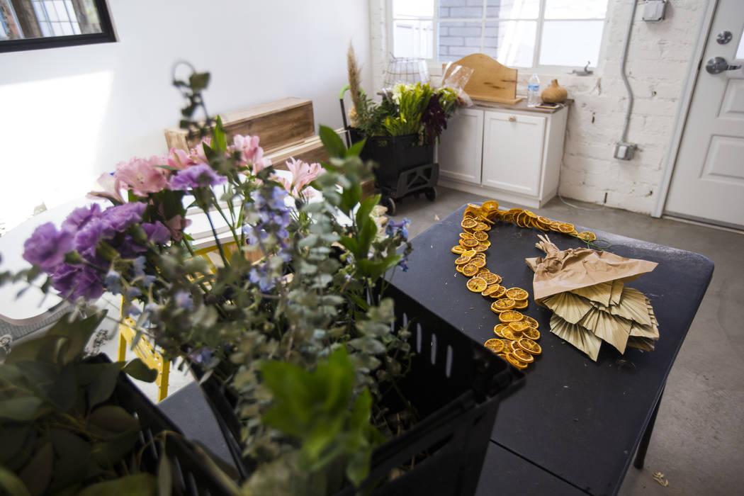 Espacio comercial para The Tiny Bloom, una tienda de flores local, mientras continúa la instal ...