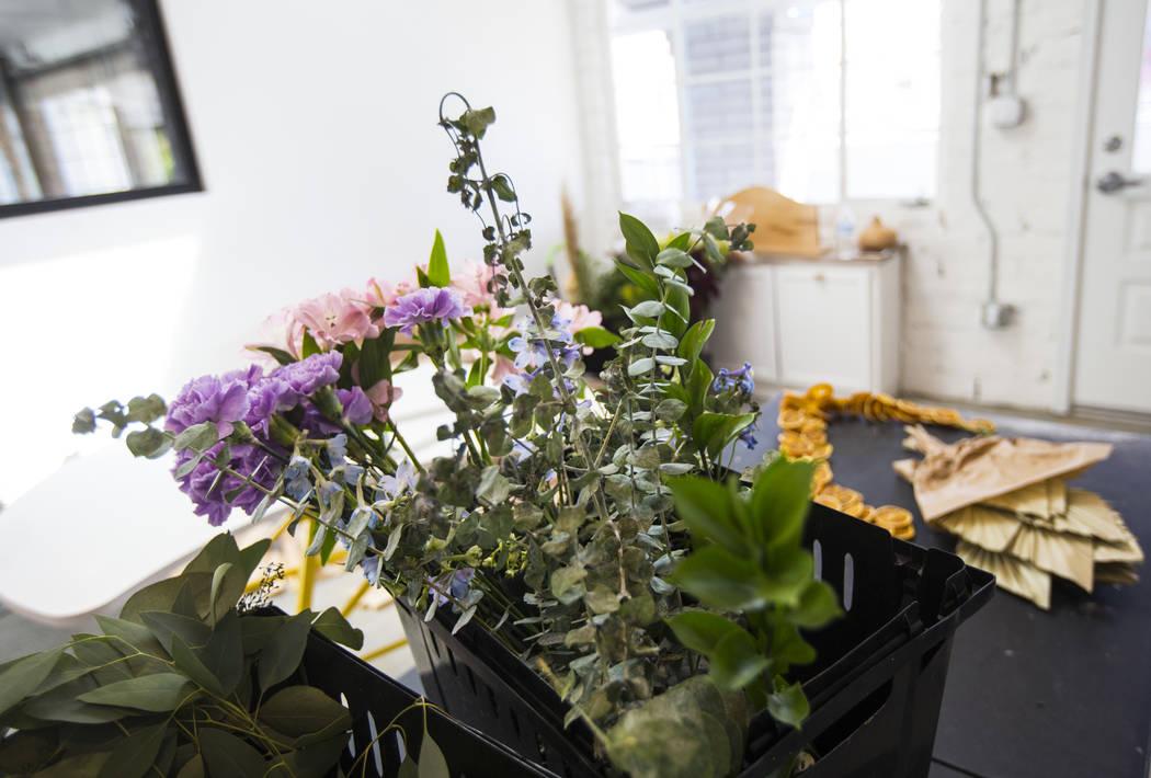 Flores en The Tiny Bloom, una tienda de flores local, mientras continúa la instalación de Fer ...