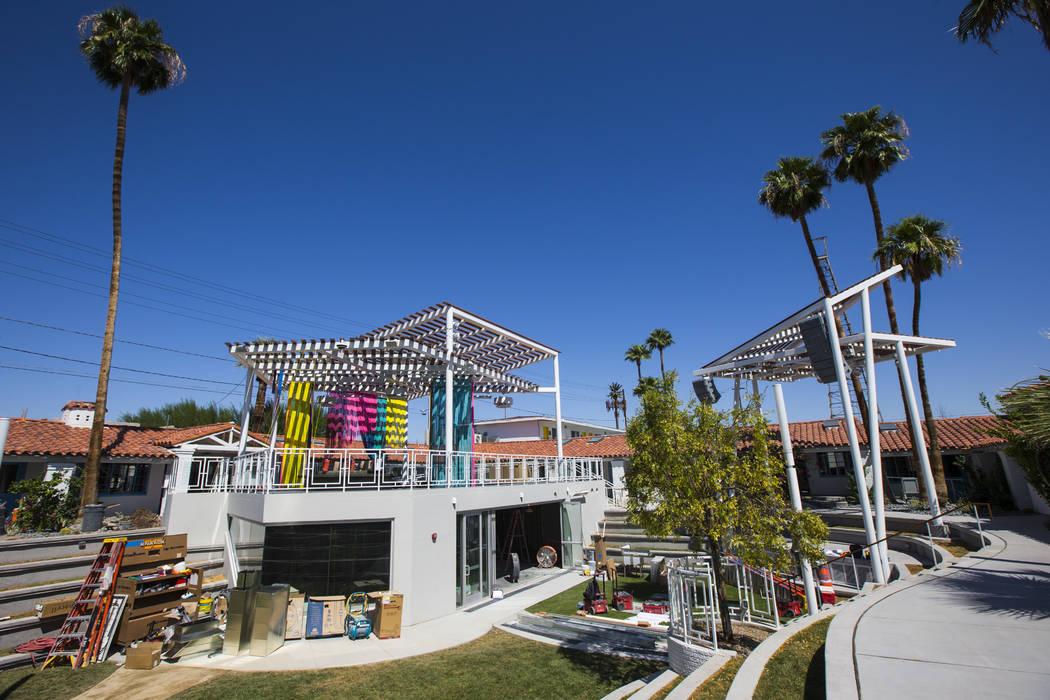 El espacio para Mothership Coffee se ve en construcción con una terraza en el patio superior c ...