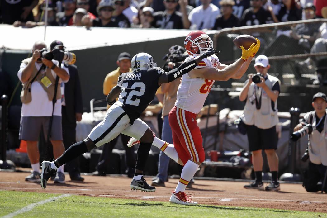 El ala cerrada de los Kansas City Chiefs, Travis Kelce, anota un touchdown mientras el safety l ...