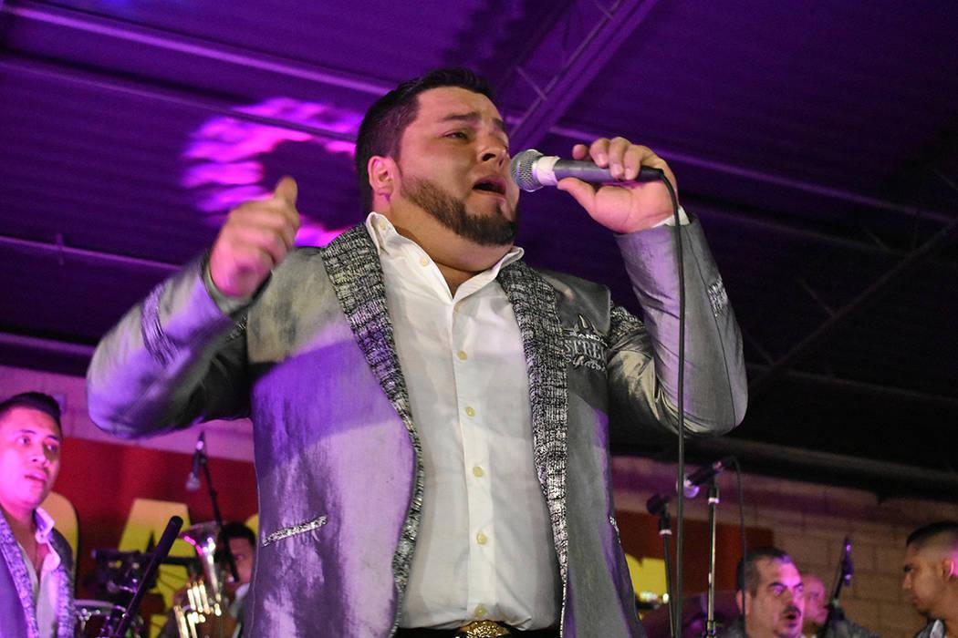 Banda Estrella Sinaloense abrió la noche derrochando energía y carisma sobre el escenario. Vi ...