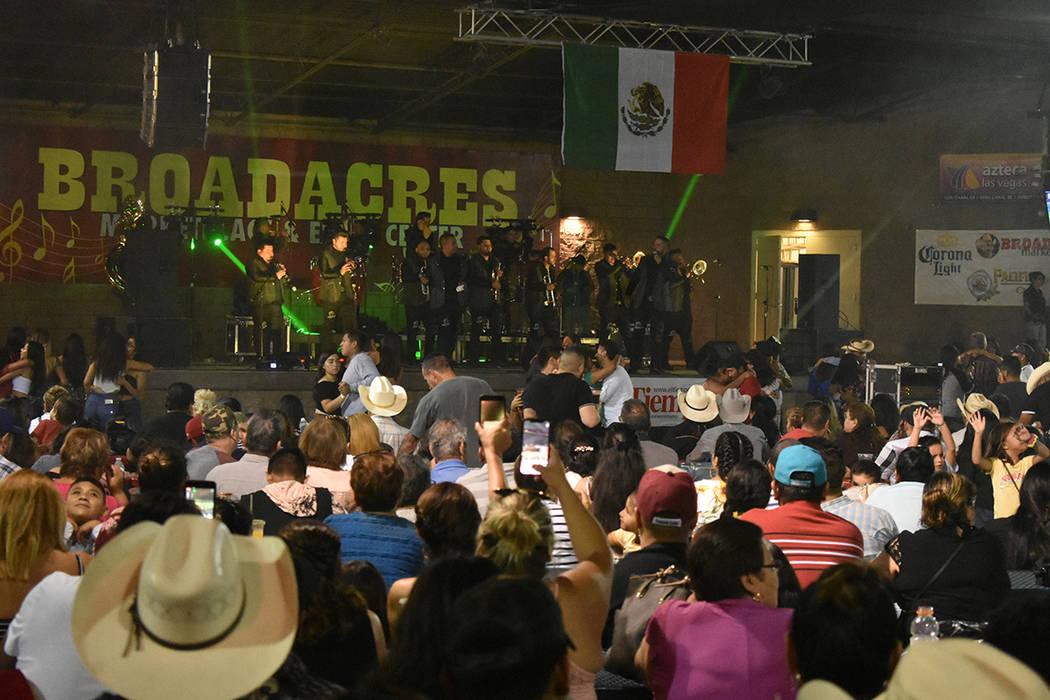 Los Elegantes de la Banda complacieron al público tocando las canciones que les pedían. Viern ...