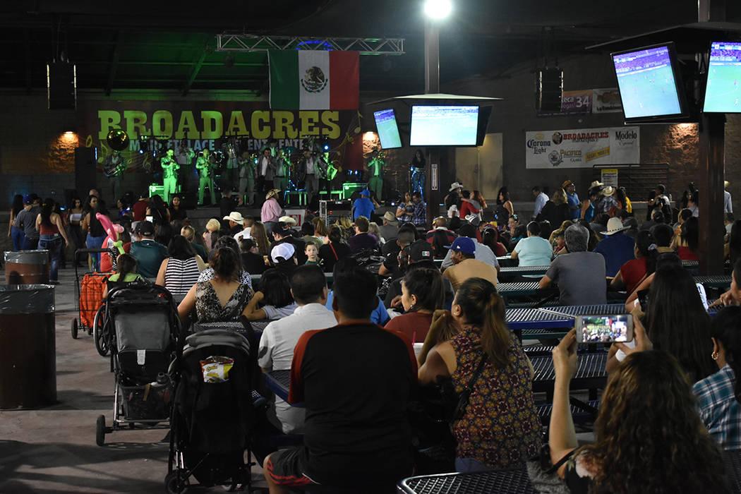"""""""Noche de Grito"""" lució un lleno total para celebrar la Independencia de México. Viernes 1 ..."""