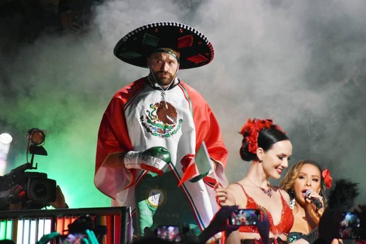 Tyson Fury, hizo polémica, ya que ingresó a la arena acompañado de un grupo de danzantes fol ...