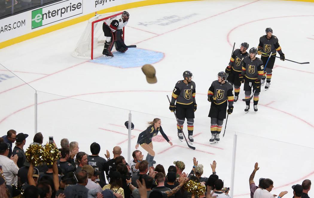 Sombreros vuelan sobre el hielo después de que el ala izquierda de los Vegas Golden Knights, M ...