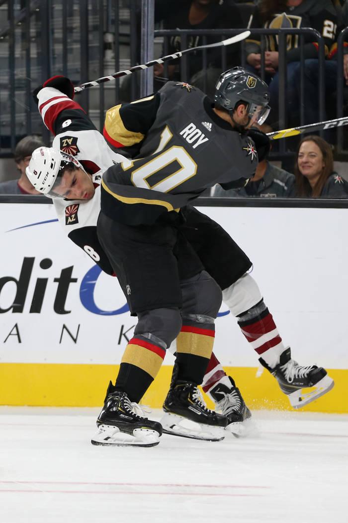 El centro de los Vegas Golden Knights, Nicolas Roy (10), comete una falta sobre el centro de lo ...