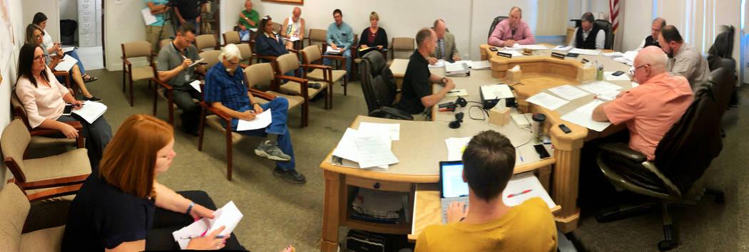 El Jefe de Bomberos, Eric Holt, a la izquierda, como coordinador del equipo de Manejo de Emerge ...