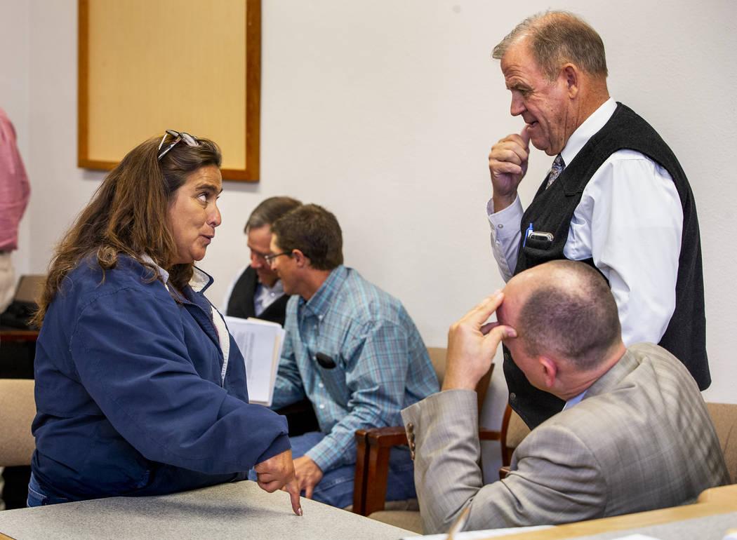 Connie West, izquierda, del Little A'Le'Inn en Rachel, confiere con el fiscal de distrito Dylan ...