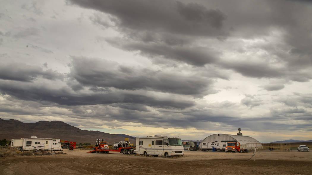 Nubes de tormenta se acumulan en los terrenos del festival Basecamp del Área 51 en el Centro d ...