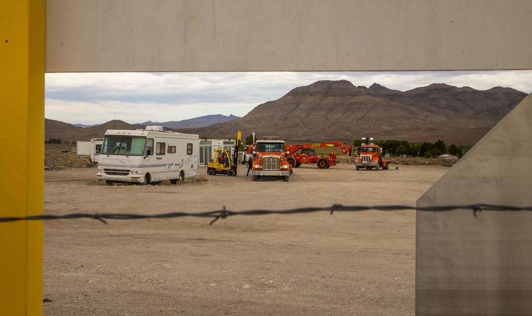 El equipo llega a los terrenos del festival Basecamp del Área 51 en el Alien Research Center e ...