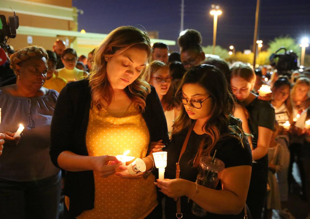 Verónica Robles, a la izquierda, hermana de Mark García, y su hija Jazmyn, de 17 años, asist ...