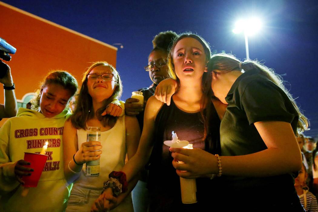 Gente se congrega en Sobe Ice Arena durante un velorio para Mark García y su hija Monet durant ...