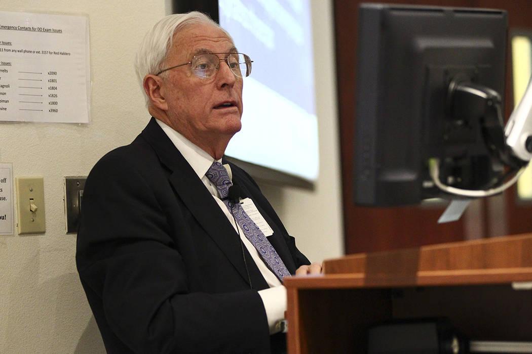 El doctor Weldon Havins, profesor de jurisprudencia médica y oftalmología, imparte una clase ...
