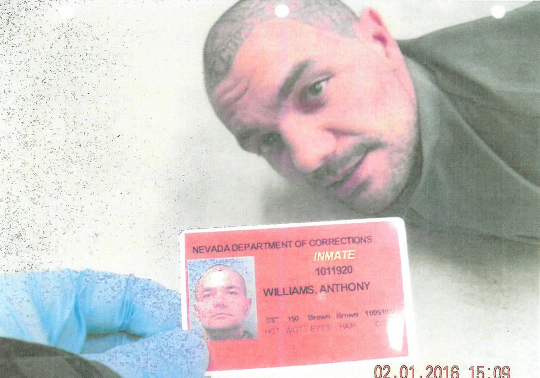 Anthony Williams esposado en el piso de la Prisión Estatal High Desert después de que un comp ...