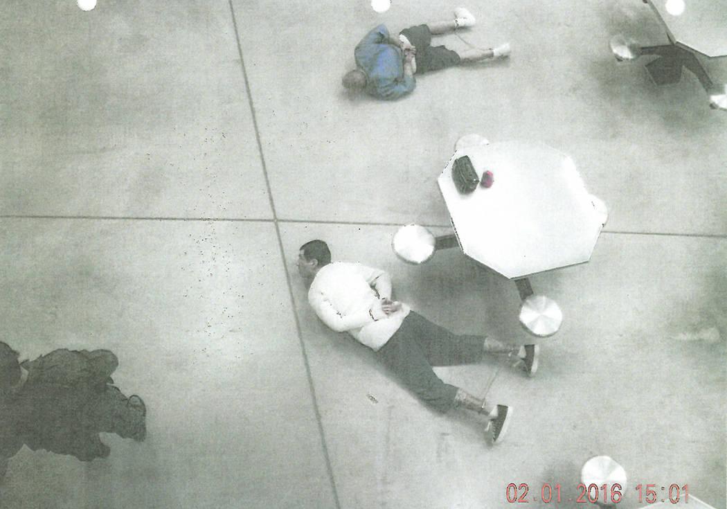 Anthony Williams y Tarik Goicoechea son esposados en el piso de la Prisión Estatal High Desert ...