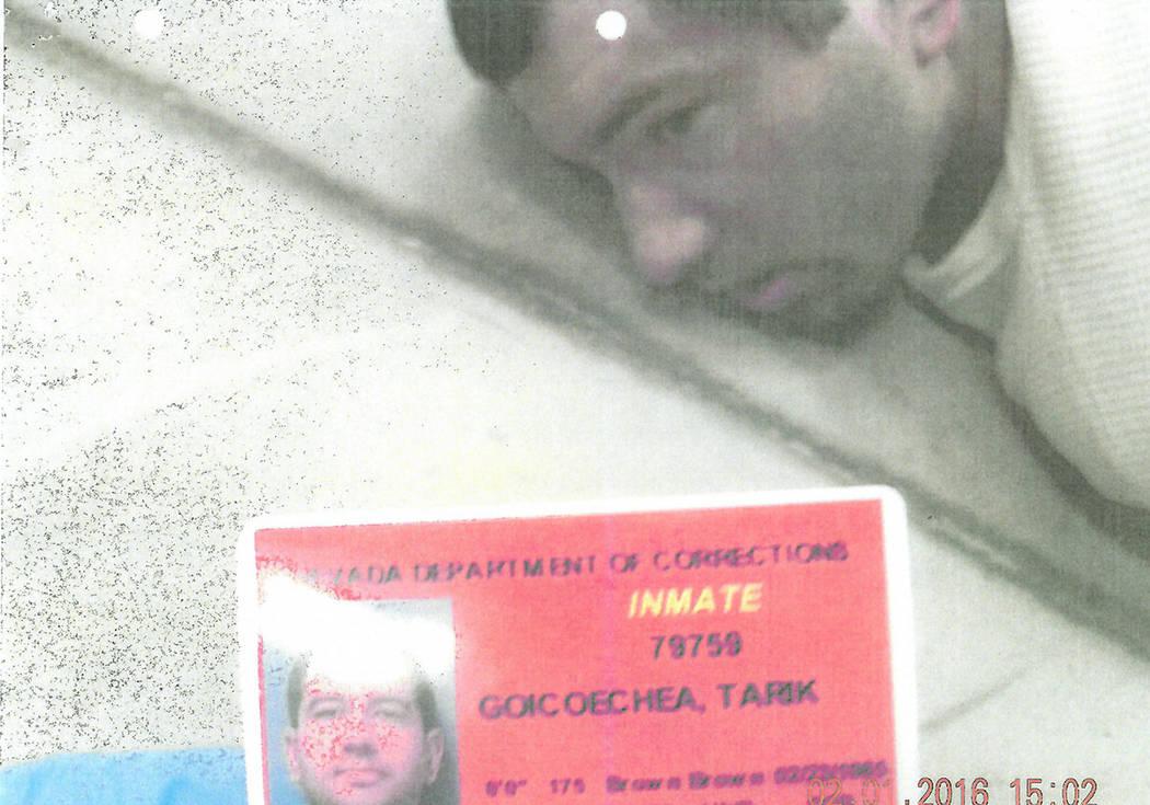 Tarik Goicoechea está esposado en el piso de la Prisión Estatal High Desert después de que u ...